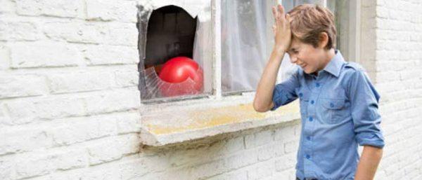 Ребенок разбил окно мячом