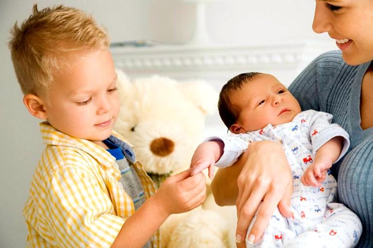 Почему старший ребёнок ревнует младшего к родителям: как этому противостоять, какие ошибки совершают мамы и папы