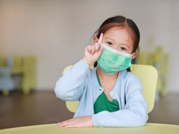 Девочка в маске предупреждает об опасности