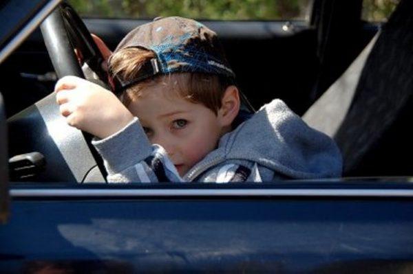 Ребёнок один в машине, фото:kotlas-info.ru