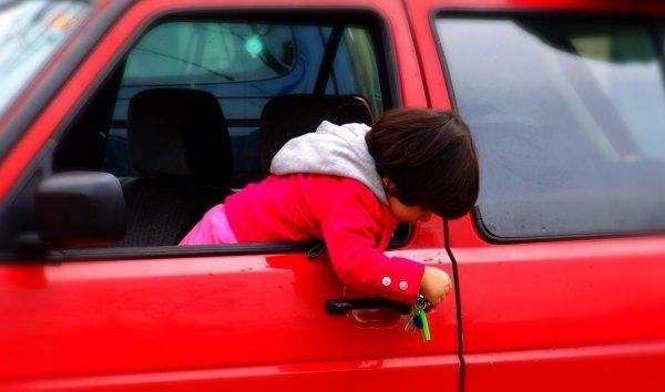 Ребёнок один в машине, фото:infpol.ru