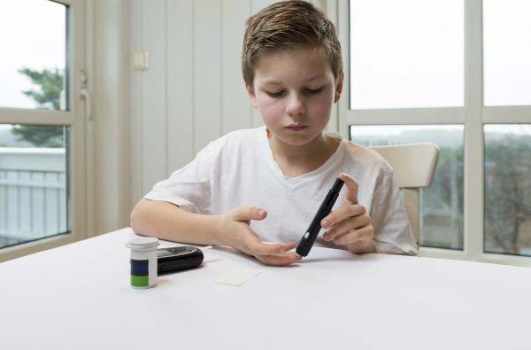 Ребенок измеряет уровень сахара в крови