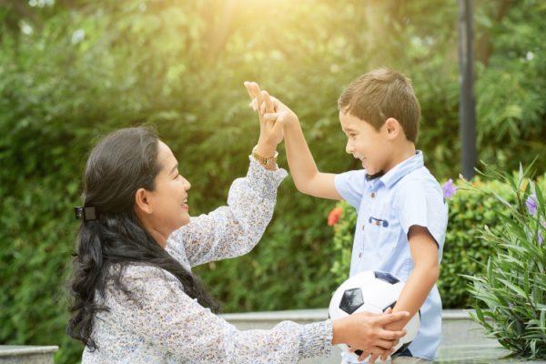 Семья помогла бедному мальчику, и тот спустя долгое время их отблагодарил