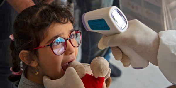 Ребенка обследуют на коронавирус
