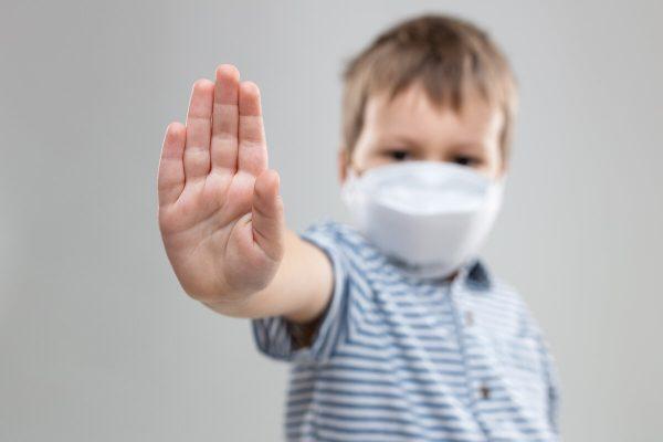 Ребенок в маске предупреждает об опасности