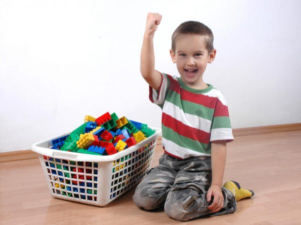 ребенок убирает игрушки