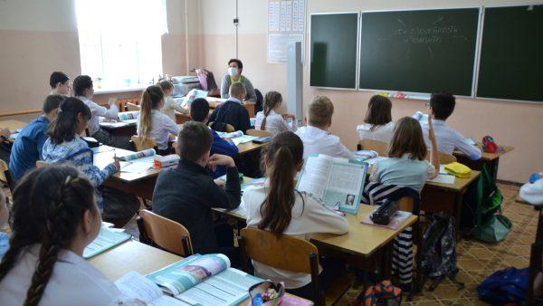Владимир Путин поручил уменьшить количество контрольных и практических работ в школах