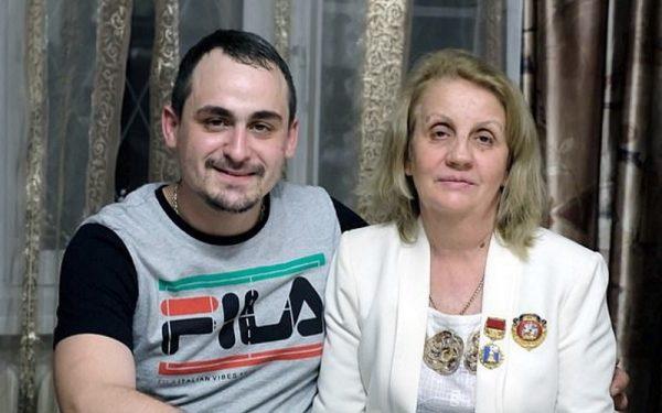 Иван Мишуков с приемной мамой Татьяной Бабаниной. Фото ilovehobby.club
